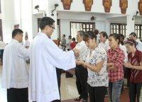 Người đi lễ trễ sau bài Tin Mừng có được rước lễ không?